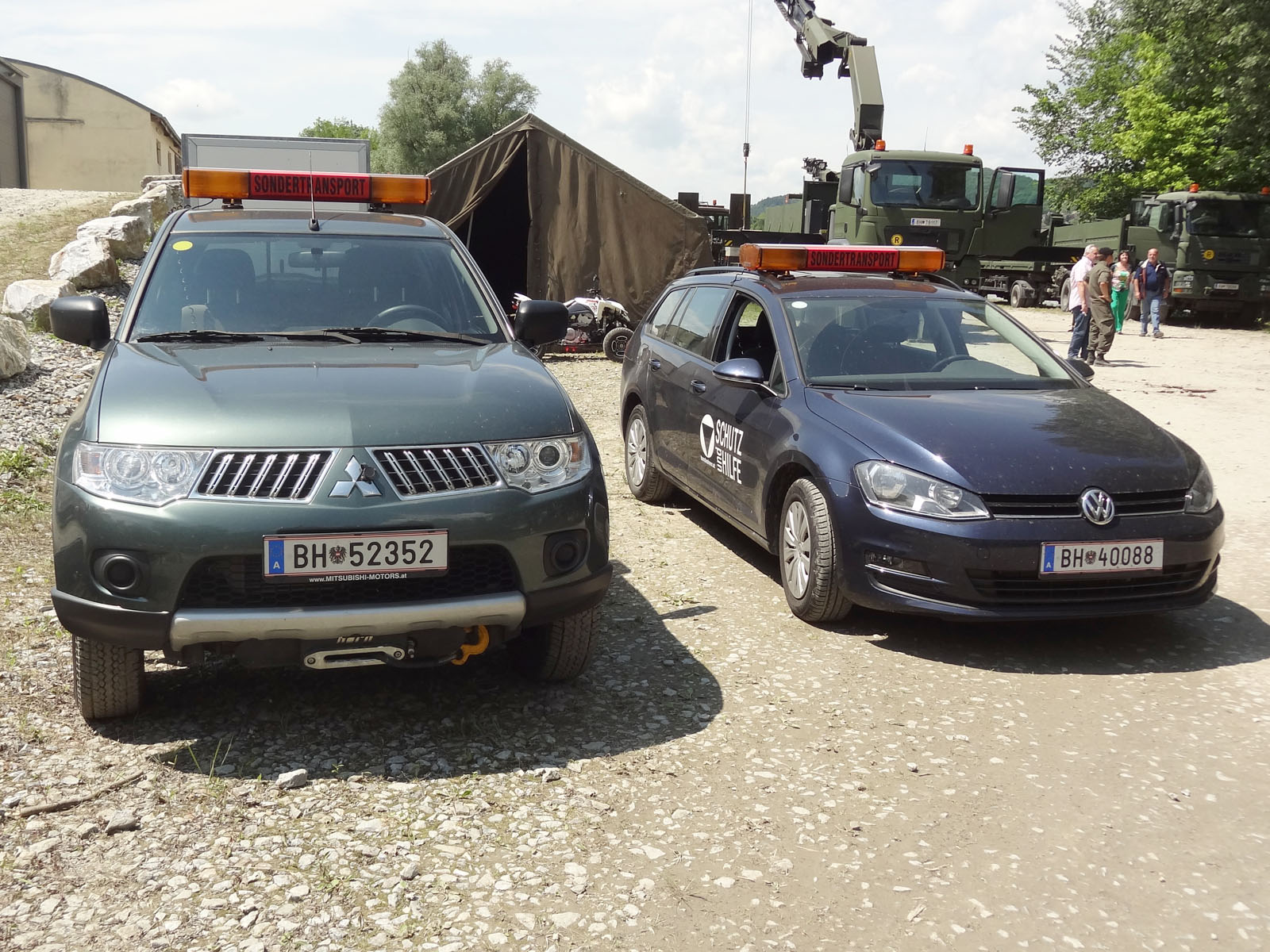 Neue Fahrzeuge - links Mitsubishi L200, rechts VW Golf Kombi © Doppeladler.com