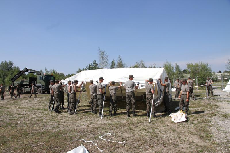 08.08.2015 - Unterstützungsleistung: 180 Soldaten des Pionierbataillons 2 errichteten eine Zeltstadt in der Schwarzenberg-Kaserne. 250 Flüchtlinge sollen in den Zelten untergebracht werden © Bundesheer