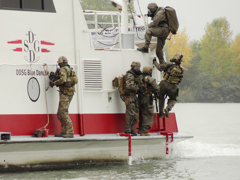 Die ABC-Abwehr geht an Bord und entschärft die Bombe © Doppeladler.com