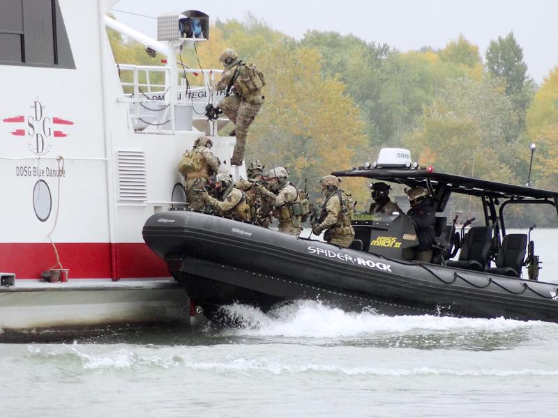 Kommando-Trupps entern das Schiff © Doppeladler.com