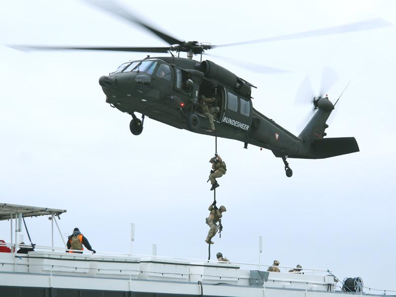 Fastroping - Black Hawk setzt ein Boarding-Team ab © Doppeladler.com