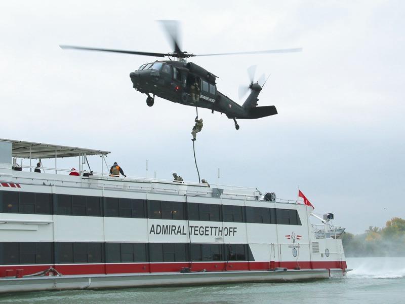 Fastroping - Gleichzeitig setzt ein Black Hawk ein Boarding-Team ab © Doppeladler.com