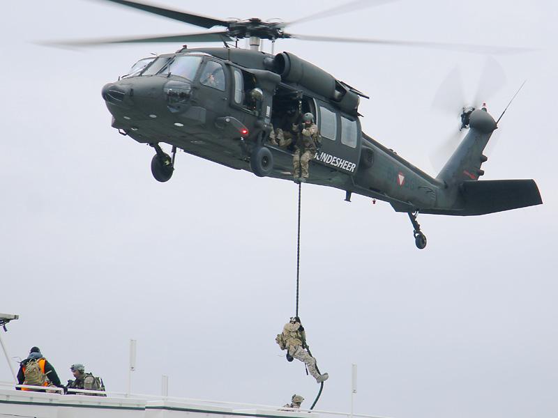 Black Hawk setzt ein Boarding-Team ab © Doppeladler.com