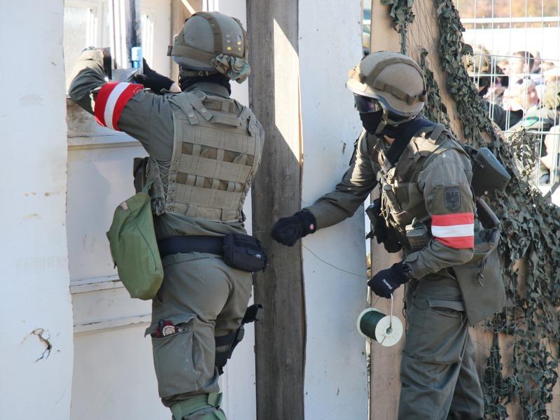 An der Tür wird eine Sprengladung angebracht © Doppeladler.com