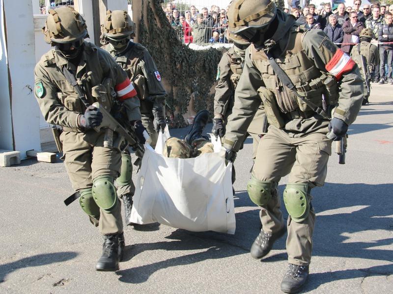 Abtransport eines Verwundeten © Doppeladler.com