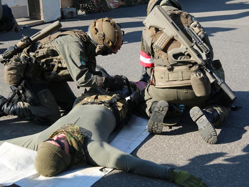 Die Erstversorgung übernehmen die Damen im Team © Doppeladler.com