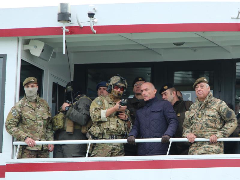 Minister Klug beobachtet die Übung von der MS Blue Danube aus © Doppeladler.com