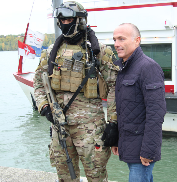 Verteidigungsminister Klug und Jagdkommando-Soldat © Doppeladler.com