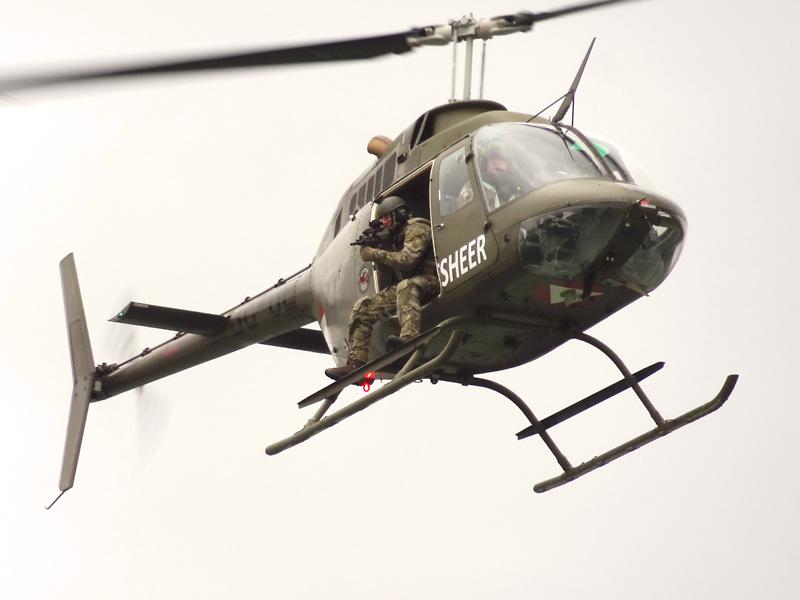 Die beiden Kiowas gehen an Backbord und Steuerbord in Position © Doppeladler.com