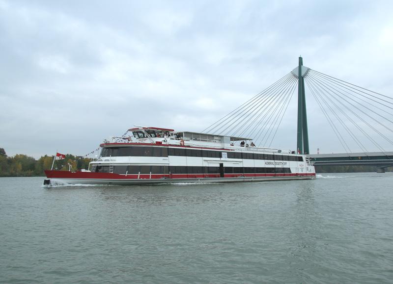 Die MS Admiral Tegetthoff läuft mit voller Kraft Richtung Reichsbrücke © Doppeladler.com