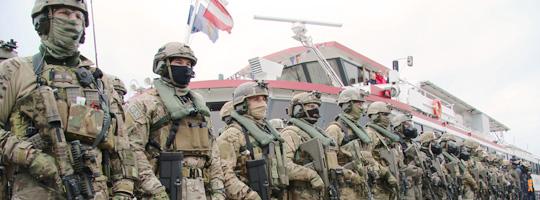 Soldaten des Jagdkommandos vor der MS Tegetthoff © Doppeladler.com