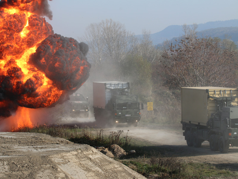 Der zweite LKW des Konvois wird von einer IED angesprengt © Doppeladler.com