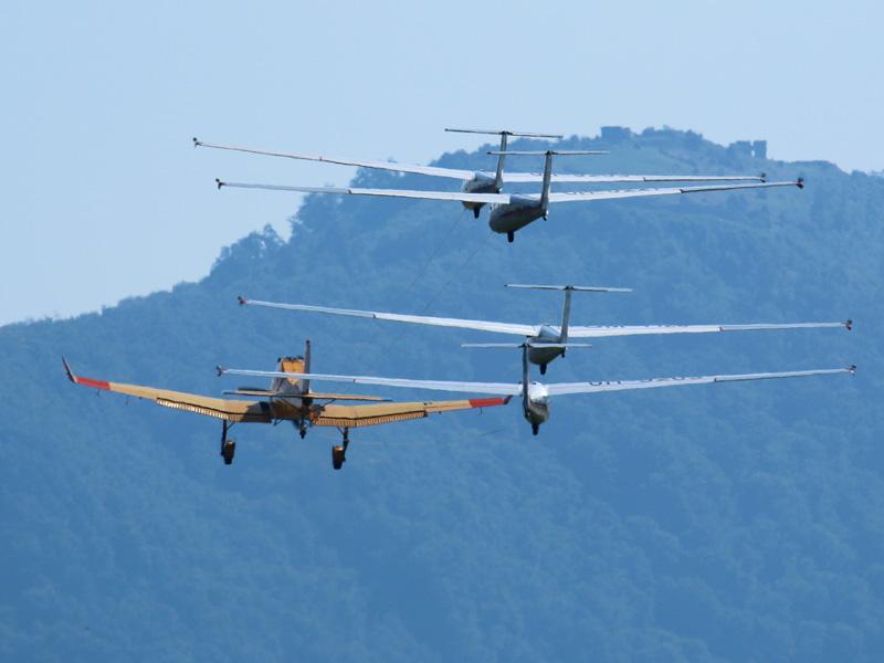 Die Z-137T zieht vier Segelflugzeuge gleichzeitig in die Luft © Doppeladler.com