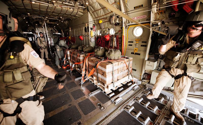Klar zum Abwurf - Lastpakete im Laderaum der C-130 © Bundesheer
