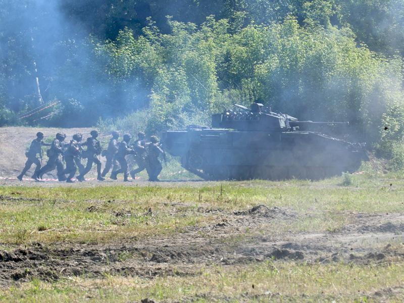Infanterie geht hinter dem Schützenpanzer Ulan vor © Doppeladler.com