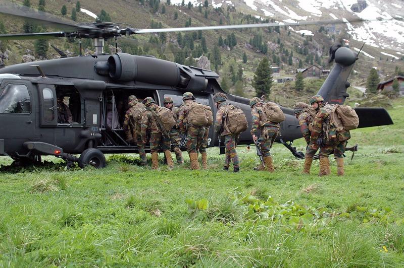 Belgische Soldaten besteigen einen Sikorsky S-70A-42 Black Hawk © Bundesheer