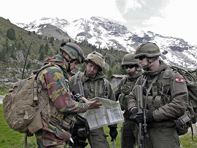 Österreicher und Belgier beim Studieren der Karten © Bundesheer
