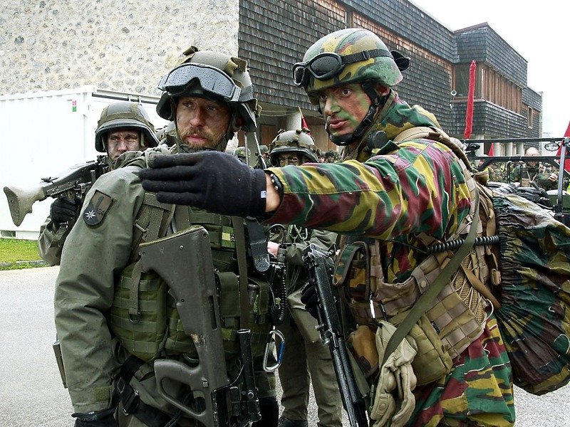 Einweisung durch einen belgischen Übungsteilnehmer © Bundesheer