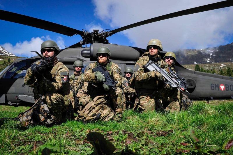 Slowenische Soldaten vor einem Black Hawk © Bundesheer