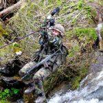 Schweizer Soldaten überqueren einen Gebirgsbach © Bundesheer