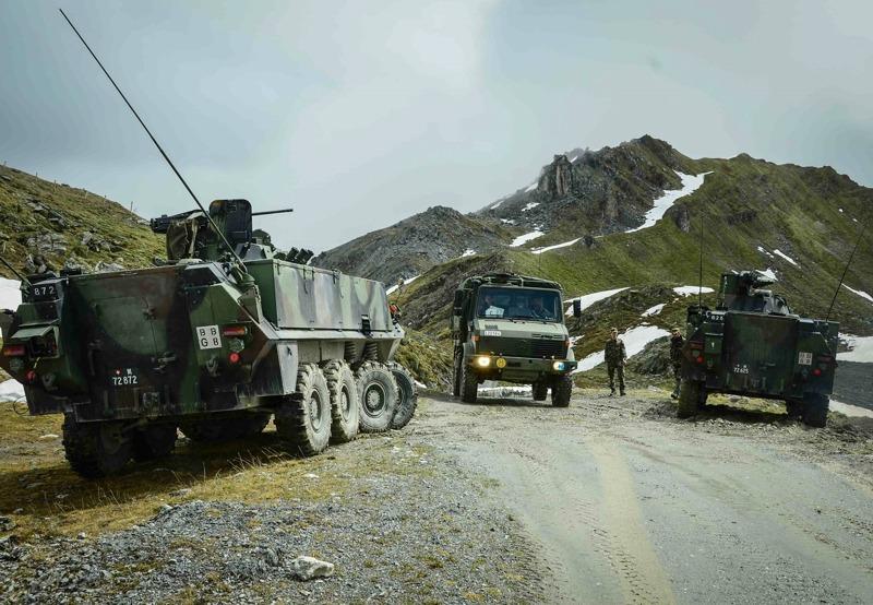 Schweizer Radschützenpanzer 93 bilden eine Straßensperre © Bundesheer