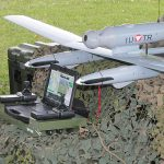 TRACKER mit Steuereinheit. Die Drohne fliegt nach vordefiniertem Flugplan, jedoch sind händische Eingriffe jederzeit möglich © Bundesheer