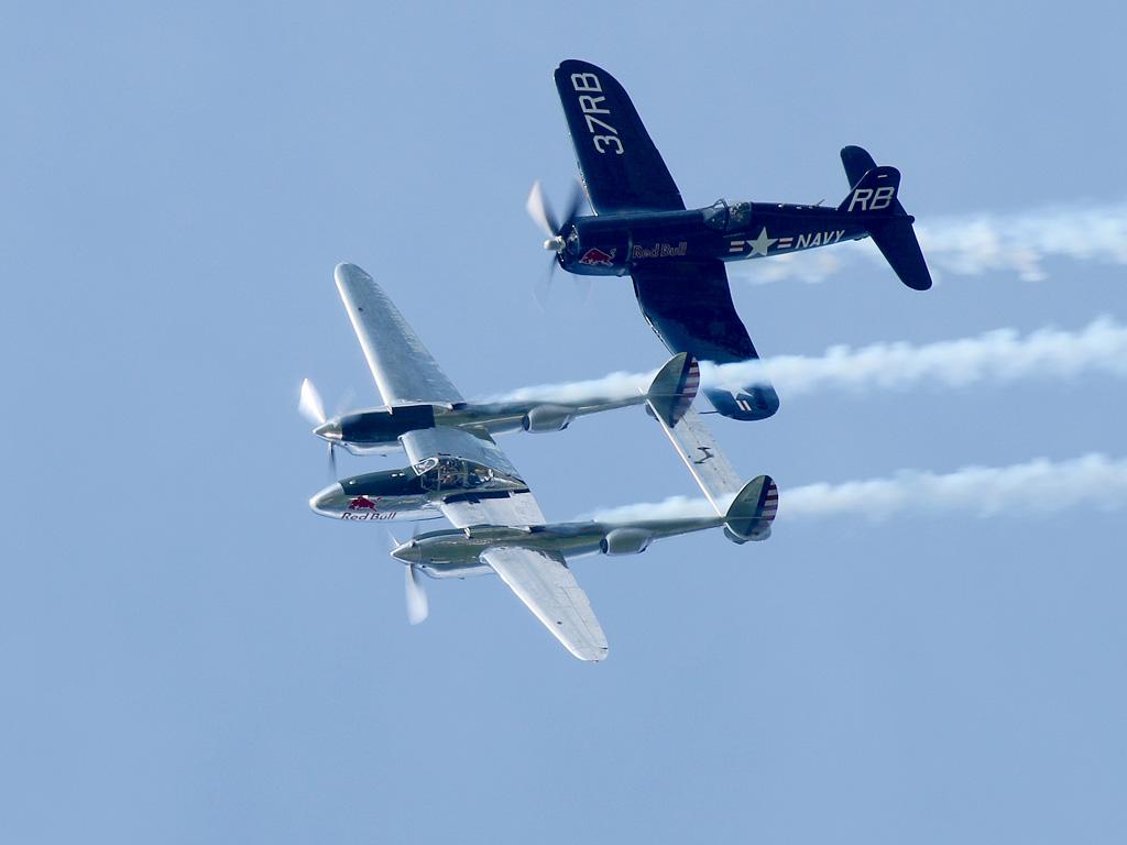 Lockheed P-38L Lightning und Chance Vought F4U-4 Corsair © Doppeladler.com