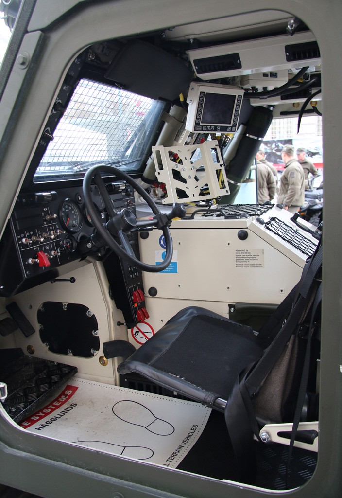 Cockpit des Hagglunds BvS10 MkIIB © Doppeladler.com