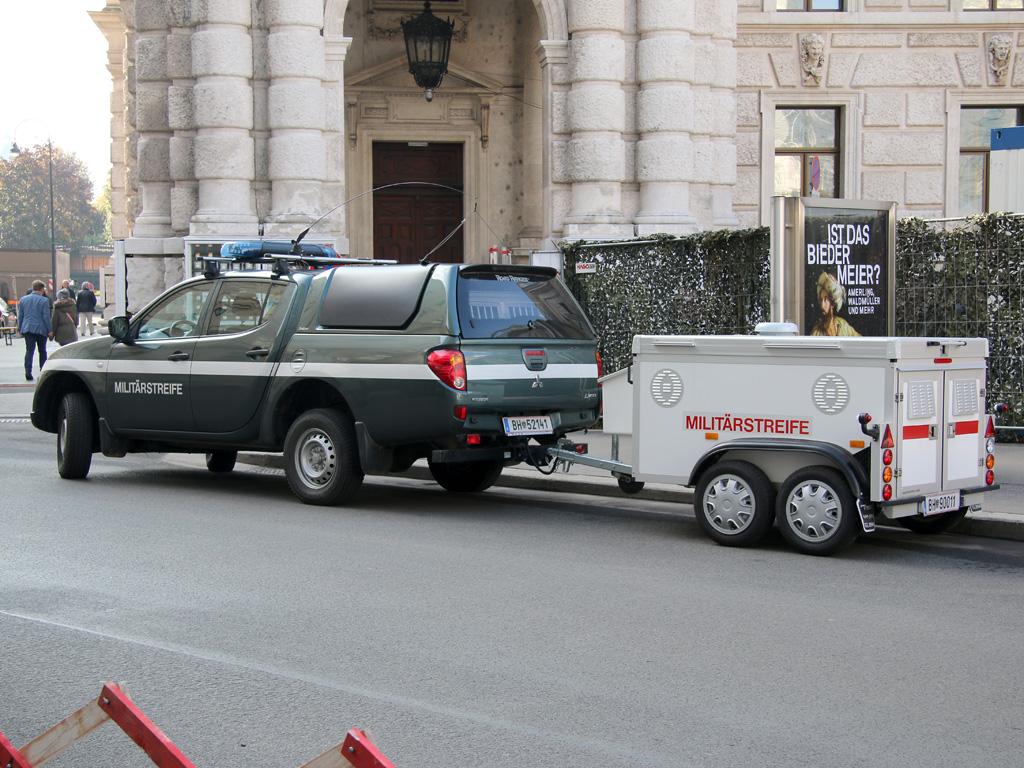 Mitsubishi L-200 Pickup der Militärpolizei mit Hundeanhänger © Doppeladler.com