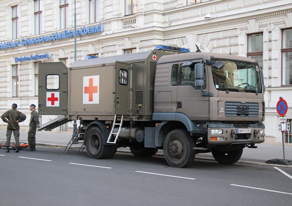 MAN 12.240 4x4 mit Sanitäts-Wechselaufbau © Doppeladler.com