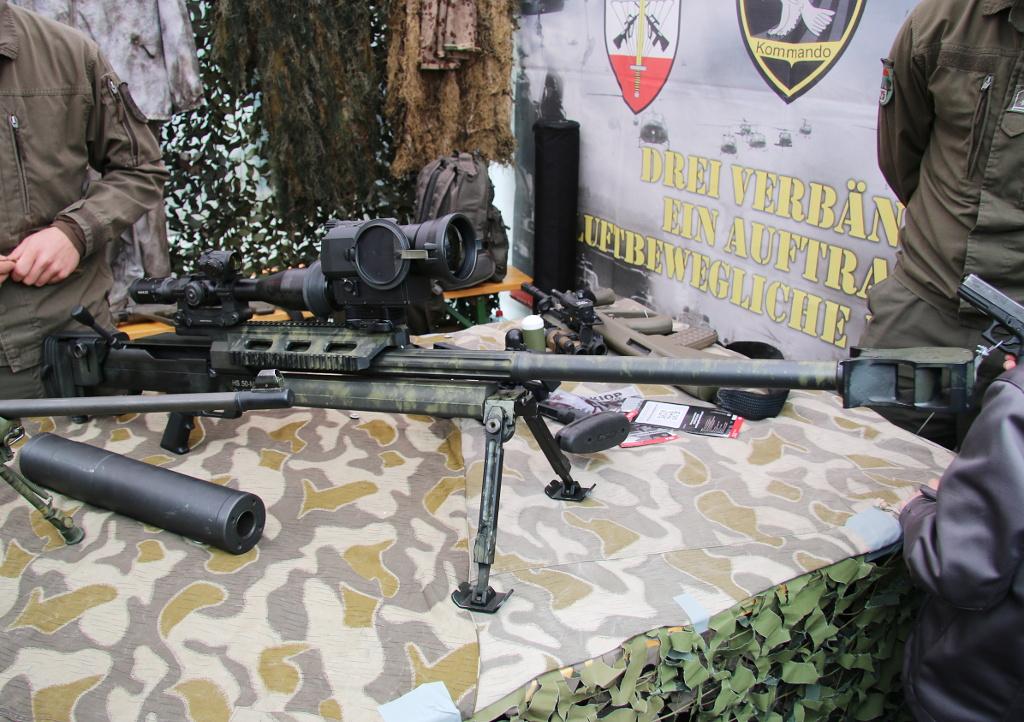Schweres Scharfschützengewehr Steyr HS .50 M1 im Kaliber 12,7 mm - daneben ein Mündungsfeuerdämpfer © Doppeladler.com
