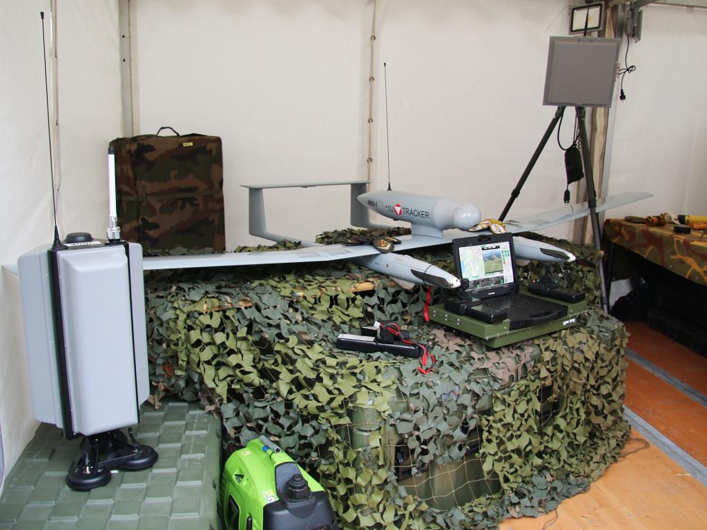 Teile des TRACKER Systems. Ganz links die Antenne, um die Drohne von einem fahrenden Fahrzeug aus zu lenken © Doppeladler.com