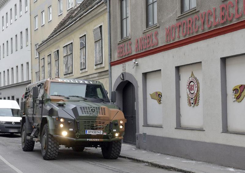 Achleitner PMV Survivor II vor dem Hells-Angels-Clublokal. Das Fahrzeug trägt weiterhin einen Tarnanstrich © Heute/APA