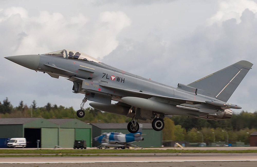 Eurofighter Typhoon 7L-WH - im Hintergrund ein Skyhawk von Discovery Air Defence © Mick Balter
