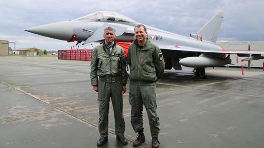 Oberst Doro Kowatsch (links) und Oberstleutnant Reinhold Schröder von der Luftwaffe am Fliegerhorst Wittmundhafen © Bundesheer