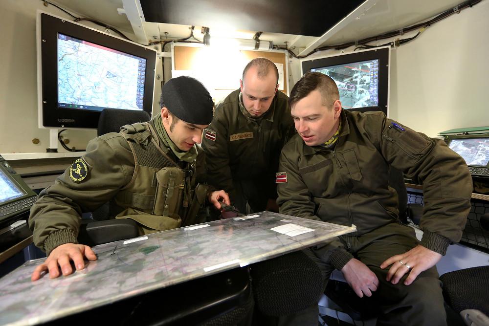 Lettische Soldaten bei der Ausbildung in der M109 Rechenstelle © Doppeladler.com