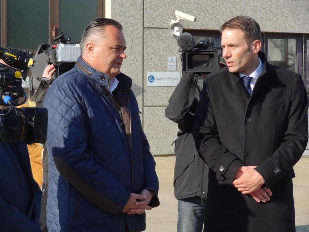 Minister Doskozil im Gespräch mit GDELS Steyr Geschäftsführer Martin Reischer © Doppeladler.com