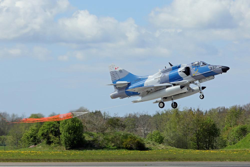 Dieser Skyhawk landet mit Schleppsack zur Luftzieldarstellung © RecceTiger Jörg Moeckel