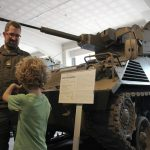 Fachgespräch vor dem Kampfschützenpanzer 90 RARDEN Prototyp © Doppeladler.com