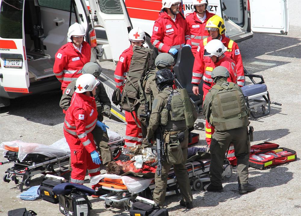 Übergabe der Verletzten an die Rettungskräfte © LPD Tirol