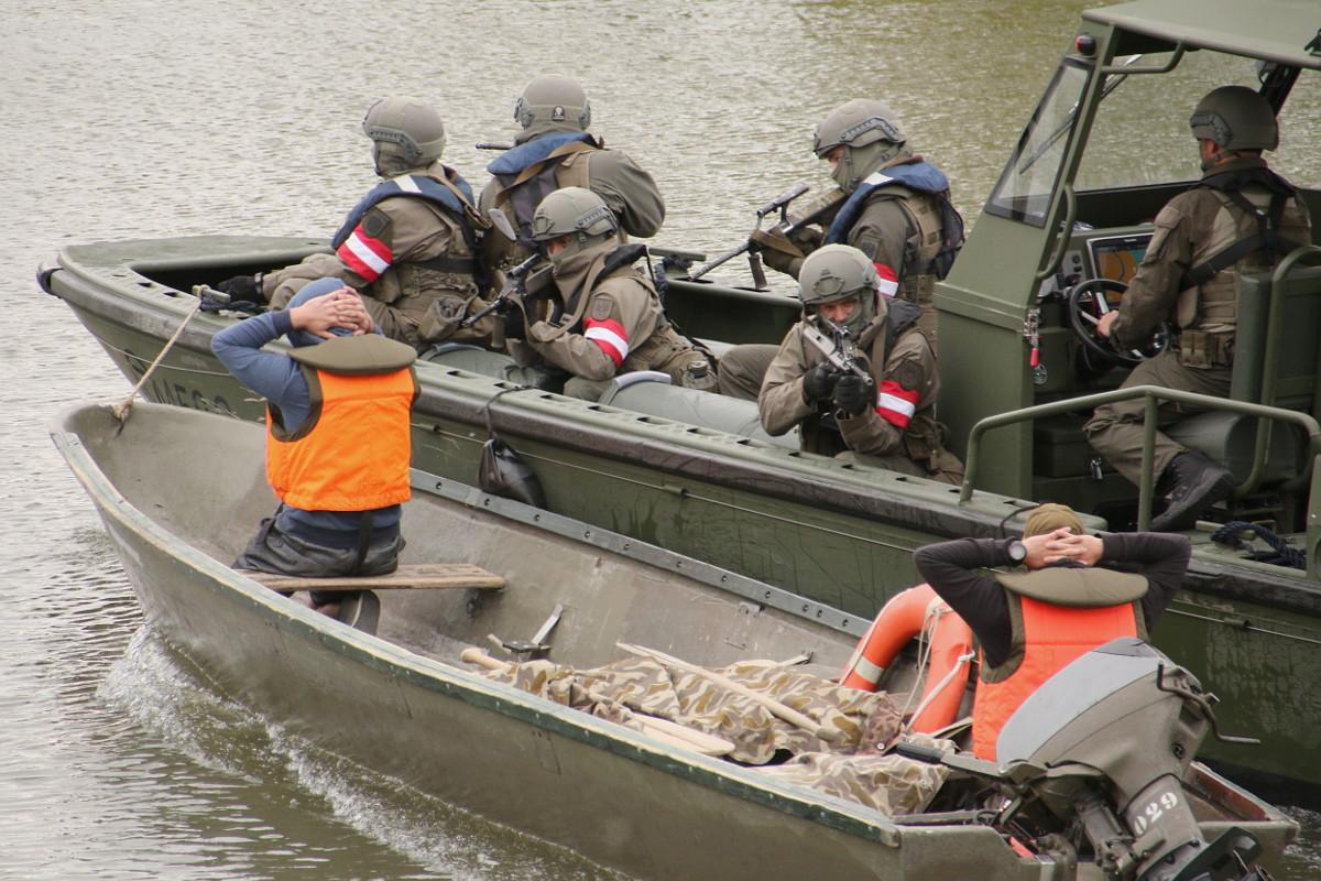 Abtransport der aufgegriffenen Verdächtigen © Doppeladler.com