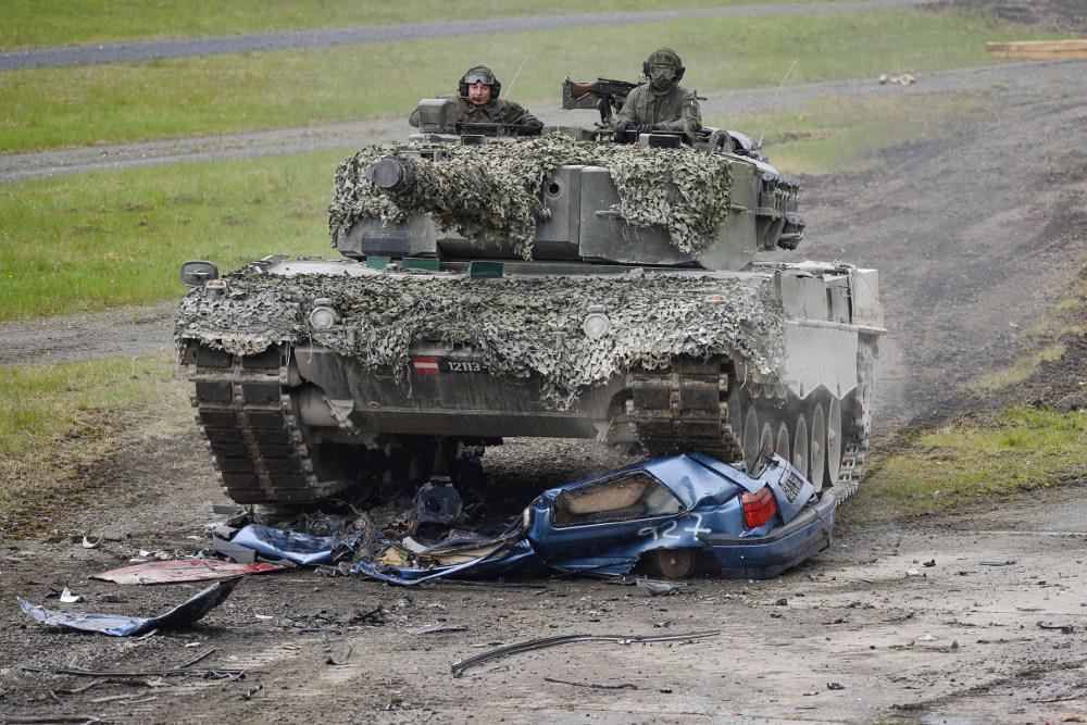 Das PzB14 am Geschicklichkeitsparcour. Die Winkelspiegel sind zugeklebt. Der Kommandant führt den Fahrer © US Army