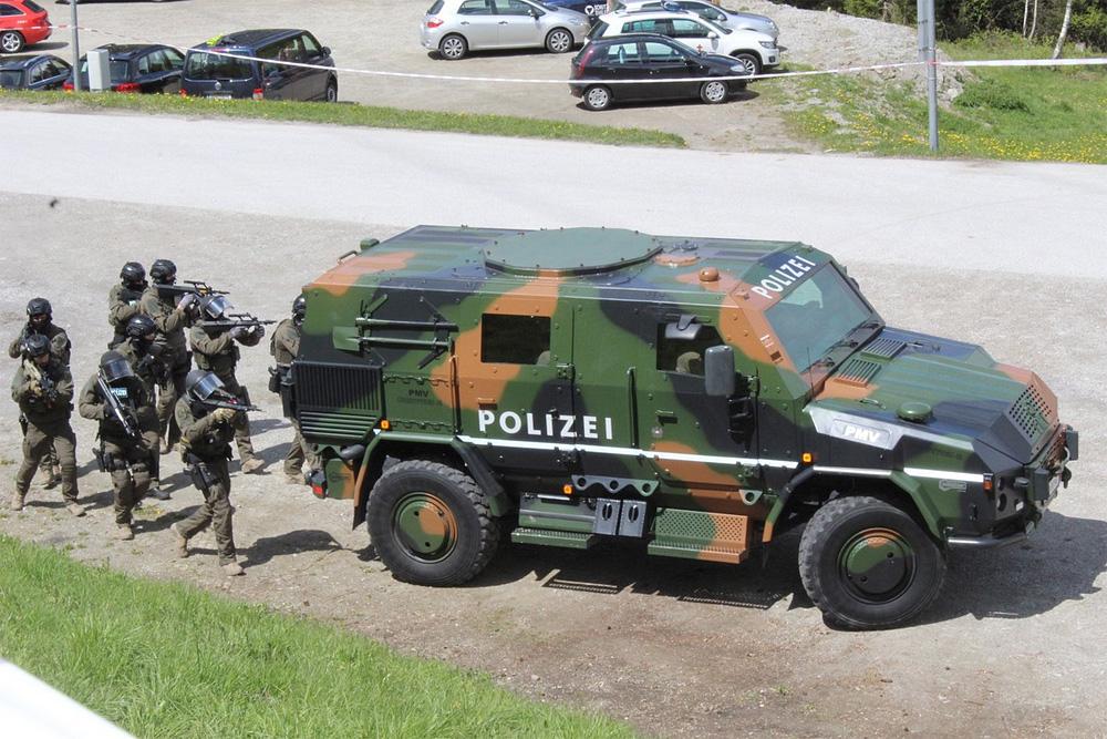 Zuerst trifft das Einsatzkommando Cobra am Schauplatz ein © meinbezirk.at