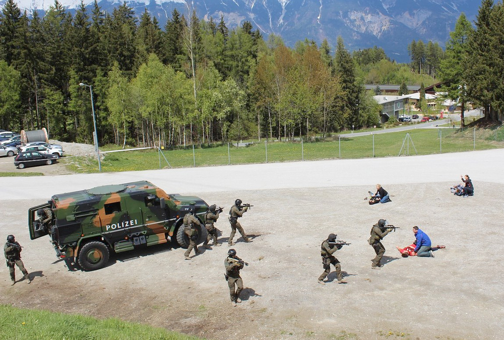 Die Spezialeinsatzkräfte verlassen die Deckung ihrers Fahrzeugs und gehen vor © meinbezirk.at