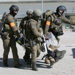 Raus aus dem Gefahrenbereich - Cobra und KPE packen gemeinsam an © LPD Tirol
