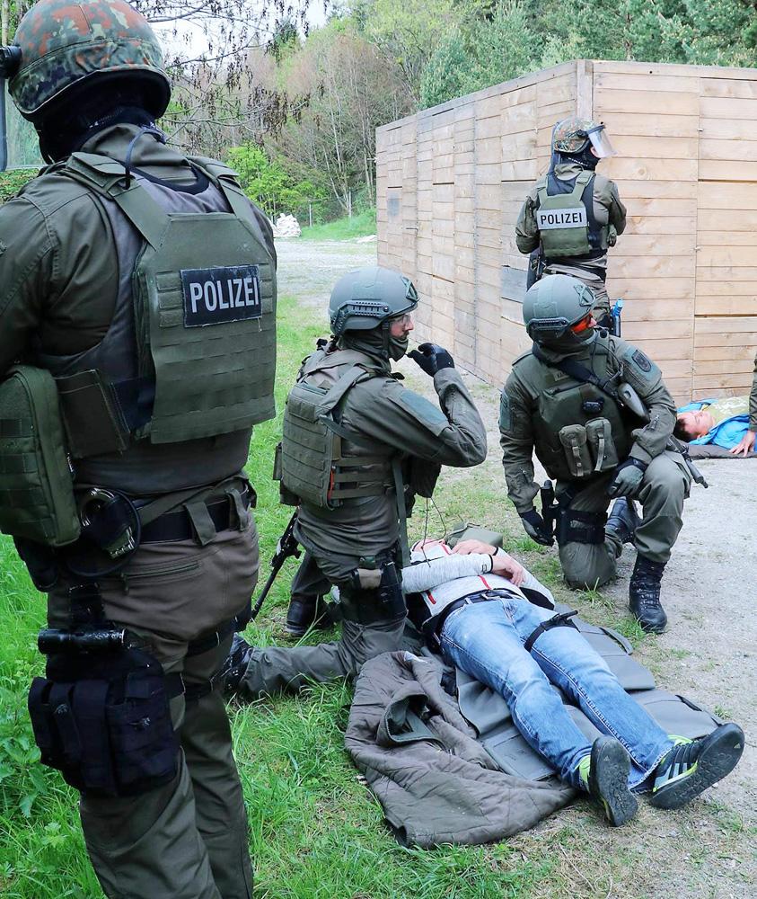 Die Heeres-Sanitäter werden von Cobra-Beamten gedeckt © Bundesheer