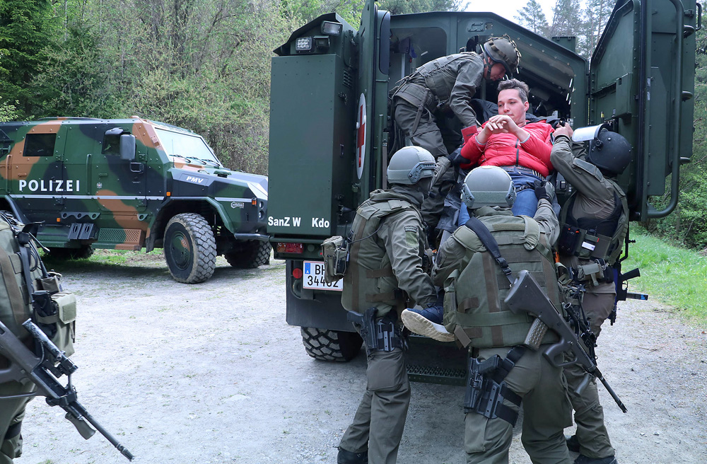 Das Dingo 2 Notfallfahrzeug mach den geschützten Abtransport der Verwundeten möglich © Bundesheer