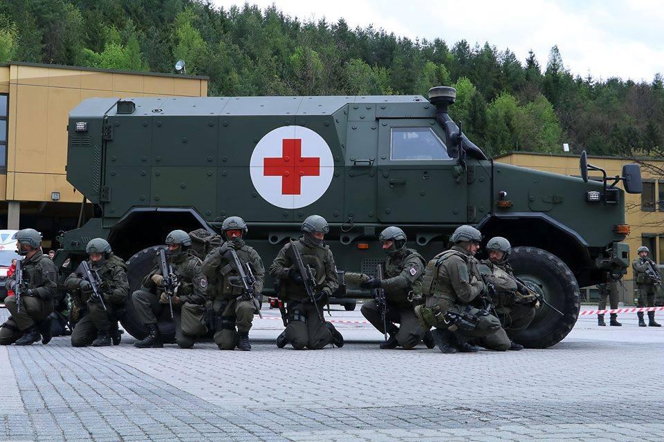 Soldaten im Schutz ihres Fahrzeugs © Bundesheer