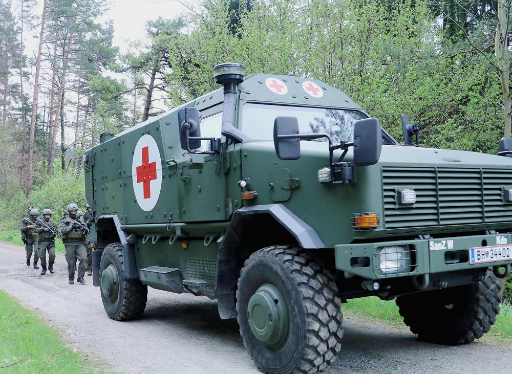 Das geschützte Notfallfahrzeug Dingo 2 rückt vor © Bundesheer