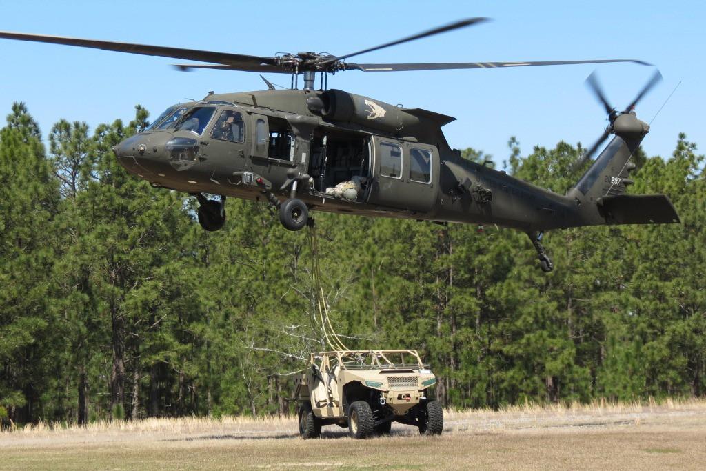 Der DAGOR kann als Außenlast von einem S-70 Black Hawk transportiert werden © Polaris